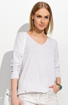 Makadamia M304 sweter biały Klasyczna propozycja, luźny fason, dekolt w serek, długi rękaw