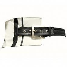 Biało- czarny, asymetryczny pasek skórzany. Dostępny w butiku Łatka fashion