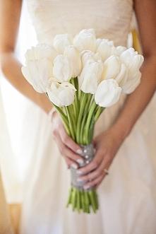 Tulipany w bukiecie ślubnym - hot or not?  fot. Amanda Lloyd Photography  Więcej na blogu Madame Allure! :)