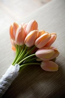 Tulipany w bukiecie ślubnym - hot or not?  fot. Catherine Hall Studios  Więcej na blogu Madame Allure! :)
