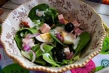 Sałatka szpinakowa z sałatą , oliwkami i jajkiem