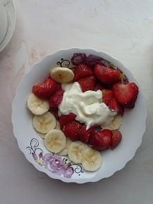 Pod tą warstwą owoców kryje się śniadaniowa owsianka :))