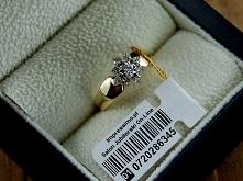 Najchętniej kupowany klasyk. Złoty pierścionek z brylantami Impressimo, model 141. Idealny na zaręczyny lub specjalną okazję. Ponadczasowe wzornictwo. Dostępny w Salonie Jubiler...