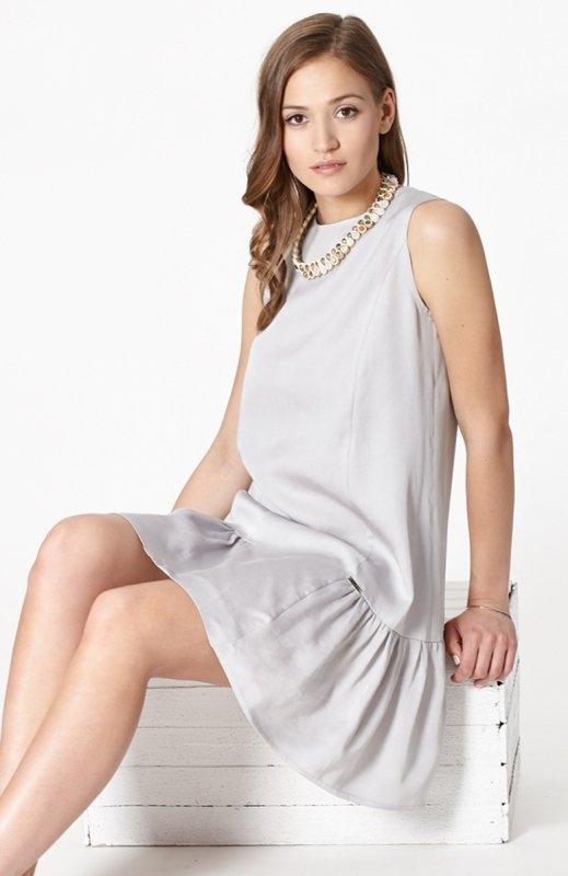 Click Fashion Dimona sukienka szara Szara sukienka o luźnym kroju, ozdobne przeszycia, dół wykończony falbanką