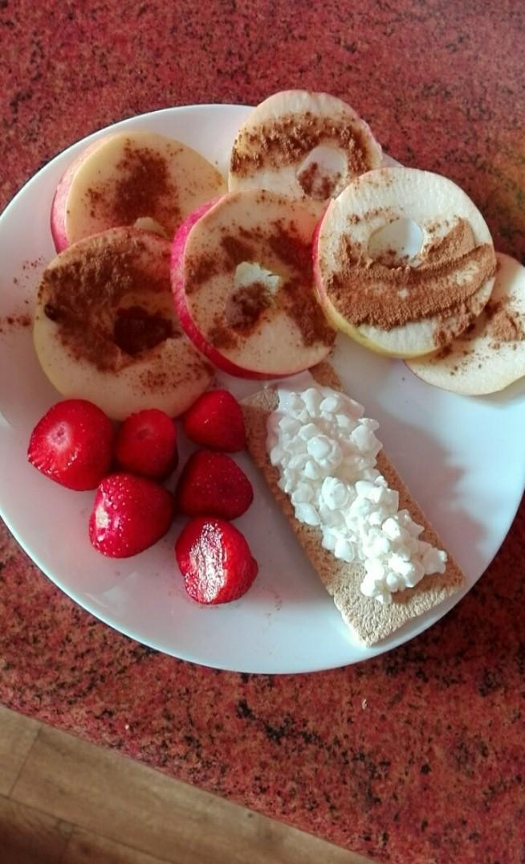 Niedzielne śniadanko, czyli jabłka z cynamonem, truskawki, chrupki chlebek błonnikowy z serkiem wiejskim ;) Miłego dnia!