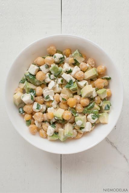 Salatka z cieciorką, awokado i fetą Składniki (na 2 porcje): 1 puszka konserwowej cieciorki ¾ opakowania fety 1 awokado 2 łyżeczki oliwy 2 łyżki soku z cytryny posiekana natka pietruszki sól, pieprz  Sposób przygotowania: 1.Cieciorkę odsączyć z zalewy i przepłukać zimną wodą. 2.Awokado obrać ze skórki i pokroić w średniej wielkości kostkę. 3.Fetę pokroić w drobną kostkę lub po prostu pokruszyć.  4.W misce połączyć wszystkie składniki, dodać oliwę, sok z cytryny oraz przyprawić do smaku solą i pieprzem.