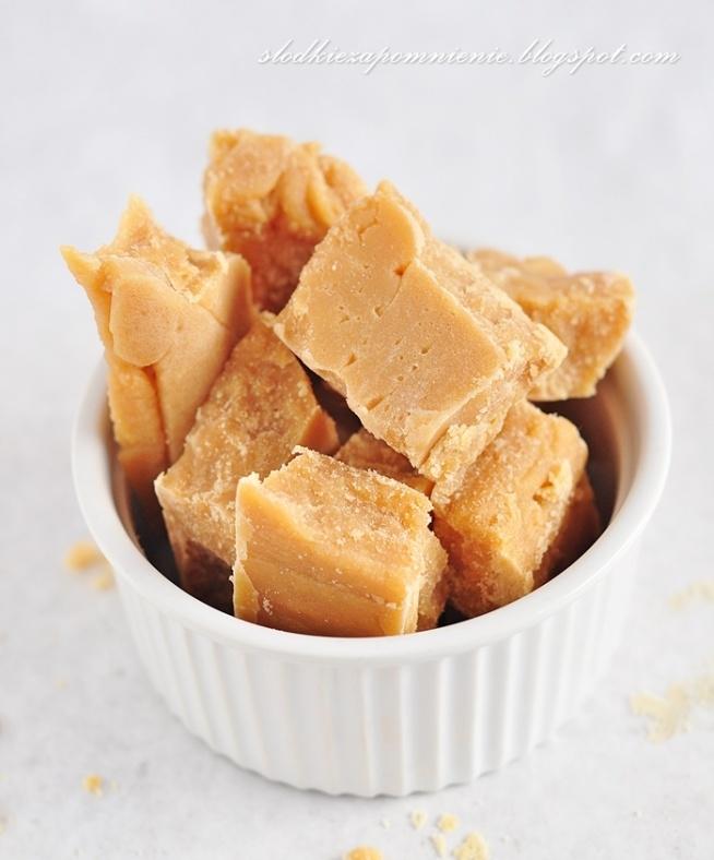 Domowe krówki Składniki: 200 g cukru, 400 ml śmietanki 30 %, 100 g masła Arkusz papieru do pieczenia Sposób przygotowania: Niską foremkę lub keksówkę wyłóż papierem do pieczenia. W garnku umieść wszystkie składniki. Doprowadź je do wrzenia i gotuj nieustannie mieszając. Trochę to potrwa, ale efekt końcowy na pewno nastąpi :) Po maksymalnie 20 minutach masa powinna brązowieć, gdzieniegdzie trochę się przypalać. Gdy cała będzie miała ładny, karmelowy kolor, zdejmij garnek z ognia i wylej mieszankę na wcześniej przygotowaną blachę. Rozsmaruj na całej powierzchni i pozostaw do wystudzenia. Krówka będzie wtedy też gęstnieć. Ja drewnianą łopatką nadaję jej kształt. Przykładam do boków i delikatnie przesuwam w stronę masy. Z niekształtnej plamy powstaje dzięki temu prostokąt. Masę wstaw do lodówki na około 30 min. Wyjmij i pokrój dowolnie ostrym nożem.