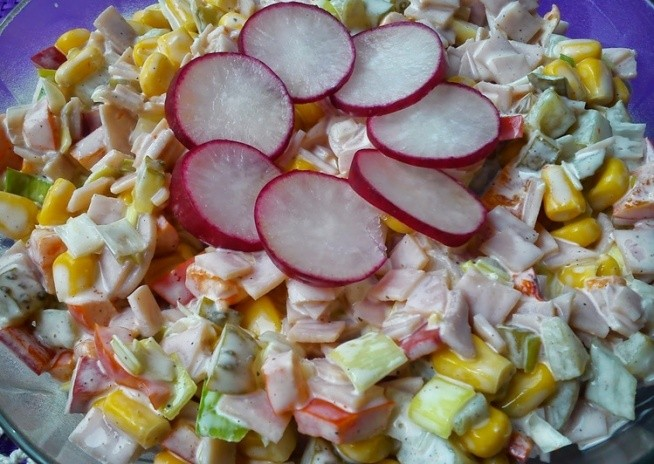Sałatka z szynką Pyszna, szybka i idealna na upalne dni na kolację.    Składniki:  - 100 g szynki konserwowej lub innej - 2 ogórki konserwowe - pół puszki kukurydzy - 3 strąki papryki konserwowej - por biała część około 5 cm - sól, pieprz - 2 łyżki majonezu  Przygotowanie:  Szynkę, ogórki, paprykę i por pokroić w kostkę. Kukurydzę odsączyć z zalewy. Wszystkie składniki przełożyć do miski, posypać przyprawami, dodać majonez i wymieszać.