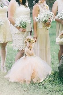 Flower girls czyli druhenki na Waszym ślubie :)  fot. Ulmer Studios  Więcej na blogu Madame Allure!