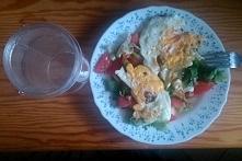 2 śniadanie: 2 garści mixu sałat, do tego pół pomidora, wszystko polane sosem (1 łyżka oliwy z oliwek, 1 łyżeczka octu jabłkowego, 1 łyżeczka miodu) na to 2 jajka sadzone. Do pi...
