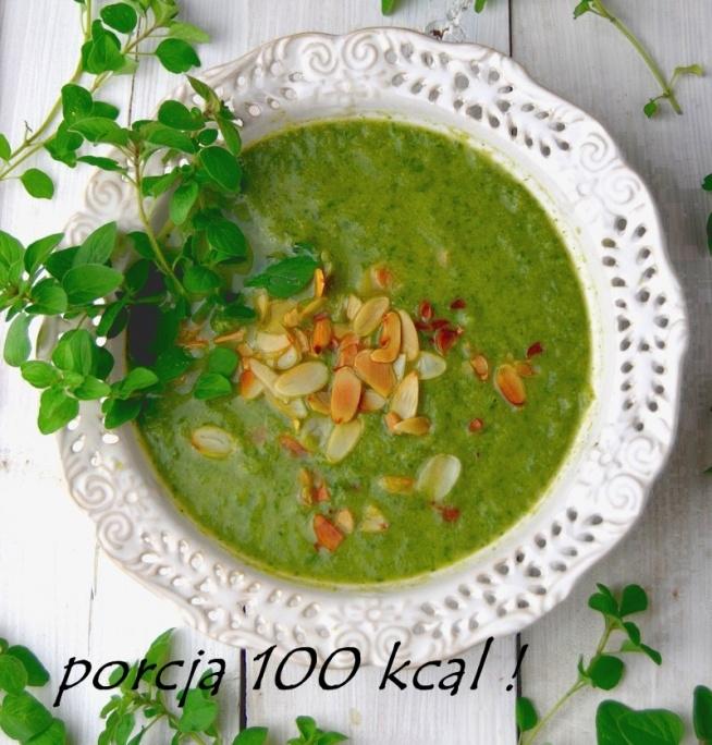 SZPINAKOWOBROKUŁOWELOVE <3 Niskokaloryczna zupa krem z brokułów i szpinaku z podanych składników powstaną 4 porcje zupy po 100 kcal każda Składniki: 1 brokuł 500 g 150 g świeżego szpinaku 1 cebula 100 g 3 ząbki czosnku łyżeczka oliwy 5 g 500 ml bulionu warzywnego sok z cytryny 20 g migdałów w płatkach duża garść świeżego oregano lub oregano suszone, sól, świeżo mielony pieprz Przygotowanie: Cebulę pokrój w kostkę i zeszklij w garnku na łyżeczce oliwy, ciągle mieszając, dodaj przeciśnięty przez praskę czosnek i podsmaż jeszcze chwilę. Jeżeli zależy Ci na tym, aby zupa była łatwostrawna, możesz dodać cebulę i czosnek bez podsmażania prosto do zupy, razem z brokułami i szpinakiem. Zalej czosnek i cebulę bulionem i dodaj różyczki brokuła. Gotuj około 10-15 minut i dodaj szpinak oraz oregano. Gotuj kilka minut, aż szpinak zwiędnie. Zmiksuj wszystko blenderem, dodaj sok z połowy cytryny i dopraw zupę solą i pieprzem. Płatki migdałowe podpraż na suchej patelni, ciągle mieszając i dodaj do miseczek z zupą. Smacznego:)