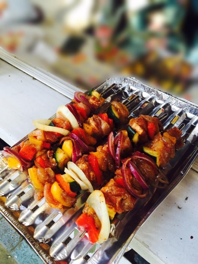 Szaszłyki hitem GRILLA! Do przygotowania szaszłyków będziemy potrzebować : Długie drewniane wykałaczki lub metalowe szpikulce, 1 duża biała cebula, 1 duża czerwona cebula , 0,5kg piersi z kurczaka, 1 duża papryka, 1 cukinia, przyprawę do grilla lub kurczaka. Wszystkie składniki obieramy i myjemy. Następnie kroimy - cebulę w krążki , a resztę w kostkę i nabijamy na patyczek wedlug uznania. Doprawiamy przyprawą i wrzucamy na grilla. Smacznego! Zapraszam do mnie po więcej przepisów!