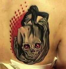 kobieta z czaszka na plecach
