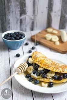 Kokosowy omlet z bananem i borówkami  Czas przygotowania:  10 minut Czas goto...