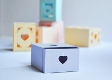 Śliczne pudełeczko DIY do samodzielnego złożenia z serduszkiem na drobiazgi. Schowaj tam pierścionek, bransoletkę lub garść cukierków dla bliskiej osoby. Jeszcze tylko przewiąż ...