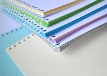 Kolorowy notes z białą okładką? Inwersja totalna! Świetna opcja na księgę gości, szkicownik, bądź do journalingu, gdyż kartki mają aż 160g grubości! Kupisz je na stronie Papiero...