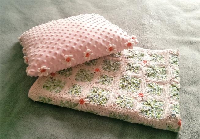 Kocyk i poduszka - minky + szydełko, 75x100 cm. Kocyk posiada wypełnienie antyalergiczne 1 cm, natomiast poduszka została wypełniona antyalergicznym puchem silikonowym.