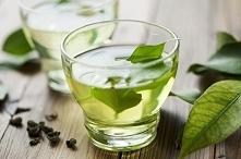 Płukanka z zielonej herbaty: Przyśpiesza porost włosa, poza tym włosy stają się gładkie i lśniące.