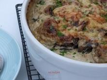 Zapiekane ziemniaki w sosie kremowym z pieczarkami i serem.