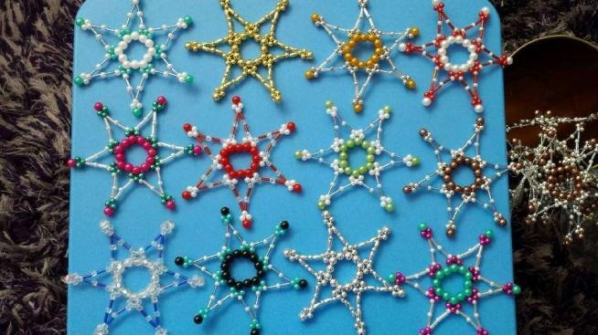 Gwiazdki z koralików. Ręcznie wykonane, różne kolory. Możliwość zawieszenia np. na choince.  Zainteresowanych zakupem proszę o kontakt @ - ladnyprezent(@)gmail.com