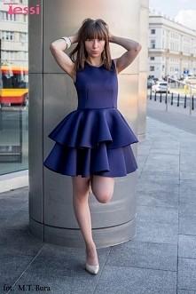 Zjawiskowa granatowa sukienka z podwójną. Prawdziwa perełka na różne okazje