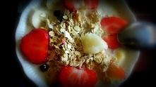 śniadanko owsianka z truskawkami i bananem :)