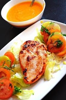 Syty obiad krem z marchwi(gotowana marchew zmiksowana z dwiema szklankami rosołu) Pierś z indyka(doprawiona słodką papryką) smażona na oliwie,pomidor,sałata lodowa,koper. Na śni...