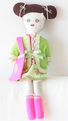 Ręcznie szyta lalka na sprzedaż.Uszyta jest z tkaniny bawełnianej.Wypełniona jest wkładem,który stosuje się do wypełniania zabawek i poduszek.Można prać w pralce w 30 stopniach....