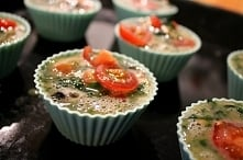 Śniadaniowe muffinki jajeczne są tak pyszne, że mogę ich zjeść kilka na raz :) Świetnie do tego się prezentują, więc są idealnym pomysłem na okazjonalne śniadania (np. dla gości...