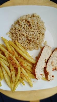 Obiad pieczona pierś z indyka z fasolka i kasza pęczak :d