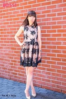 Prawdziwa perełka. Sukienka w kolorze pudrowego różu z czarnymi kwiatowymi haftami.