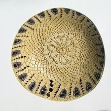 Misa ceramiczna Chabrowa polana to ręcznie robiona, nierównomierna piękna micha. Gładka faktura wewnątrz ułatwia mycie. Faktura serwetkowa ozdabia zewnętrzna powłokę. Całość szk...