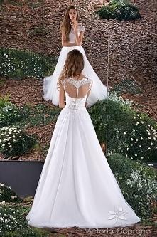 piękna suknia typu princessa, prosta oraz bez zbędnych zdobień co dodaje jej uroku