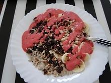 Owsianko jaglanka + banan, żurawina suszona, rodzynki, ziarna słonecznika, siemię lniane, orzechy włoskie, truskawki zmielone ;)