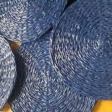 Granatowe tudzież kobaltowe podkładki z papierowej wikliny.
