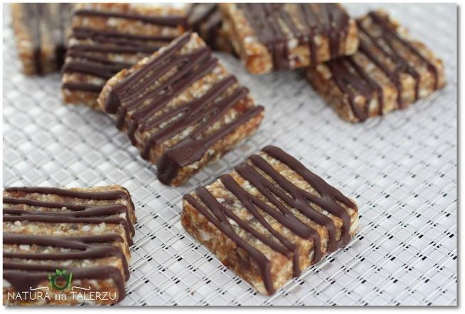 Ciastka imbirowo-cynamonowe bez pieczenia ciastka imbirowo cynamonowe1 Ciastka imbirowo cynamonowe bez pieczenia   Składniki na same ciastka: 5 dużych łyżek zmielonych migdałów, 5 dużych łyżek wiórków kokosowych, 20 daktyli 1 mała łyżeczka cynamonu 1 mała łyżeczka imbiru szczypta soli 1 duża łyżka oleju kokosowego (roztopionego)  Przygotowanie: 1. Wszystkie składniki (oprócz oleju kokosowego) dokładnie zmiksuj w robocie kuchennym.  ciastka imbirowo cynamonowe21 Ciastka imbirowo cynamonowe bez pieczenia2. Po zmiksowaniu składników dodaj roztopiony olej kokosowy i jeszcze raz wymieszaj, 3. Z tak przygotowanej masy uformuj ciastka. Do tego celu możesz posłużyć się różnego rodzaju formami piekarskimi. 4. Uformowane ciastka włóż do lodówki na 30 min. 5. Gdy ciastka lekko stwardnieją możesz je polać sosem czekoladowym. Przepis znajdziesz tu