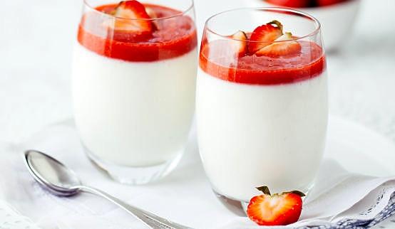 Lekki i pyszny deser truskawkowo-jogurtowy