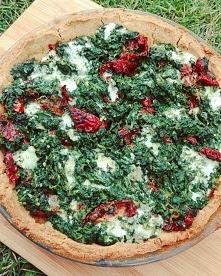 Bezglutenowa tarta ze szpinakiem, suszonymi pomidorami i serem gorgonzola.