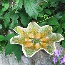 Ceramiczna misa Fatsja - Mocno wytłaczana i miska ceramiczna z zielono pomarańczowymi szkliwieniami wnętrza. Na zewnętrznej powierzchni gładka szkliwiona transparentnym szkliwem...