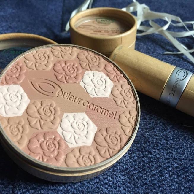 Połączenie odcieni pudrów rozświetlająco-brązujących w jednym to przecudowna mozaika Couleur Caramel ❤️ posłużyć może jako puder wykańczający, bronzer lub nawet róż :] wielofunkcyjny, bardzo wydajny, w pięknym opakowaniu i w 100% skład pochodzenia naturalnego ❤️ polecamy i pozdrawiamy ☀️☺️