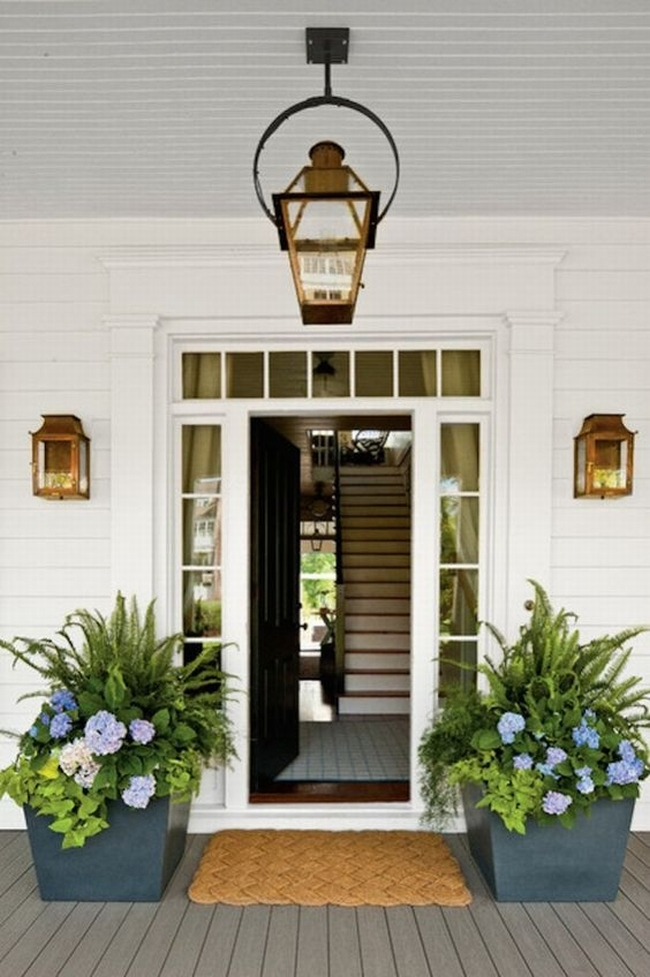 Piękne stylowe klasyczne wejście, drzwi z doświetlem bocznym i górnym ze szprosami, białe drzwi w elewacji w tym samym kolorze, do tego duże donice z kwiatami przy wejściu - zobacz jak wygląda design zewnętrza domu amerykańskiego w kolejnym poście z serii 'Amerykański Dom i Wnętrze' na blogu u Pani Dyrektor.