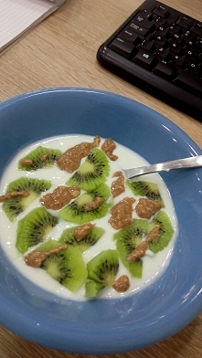 kiwi, maslo orzechowe i jogurt naturalny