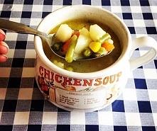 Zupa Jarzynowa  Składniki:  woda 3,5l  mrożone warzywa (brokuly, kalafior, fasolka, groszek, kukurydza).  2-3 marchewki  5 ziemniaków  1 cebula  3 kostki rosołowe   sól, pieprz,...