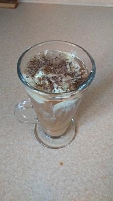 kawa mrożona z lodami mietowymi i przyprawą czekoladową...