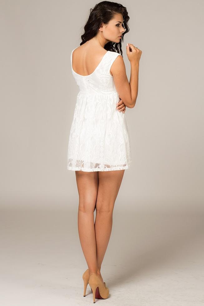 Prosta a zarazem elegancka koronkowa sukienka mini w kolorze ecru. Sukienka posiada elastyczną podszewkę. Dół sukienki rozkloszowany, góra dopasowana. Rozmiar S.  Sklep Allettante.pl