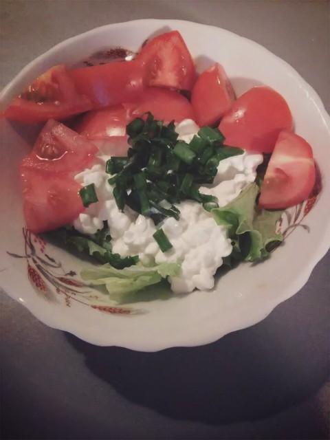 Przed meczem kolacja klasyk :) Serek wiejski na sałacie, pomidor i cebulka zielona :) Uwielbiam ten serek!