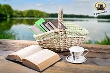 Ulubiona książka, letni krajobraz w tle, dobra kawa i... wiklinowy koszyk.