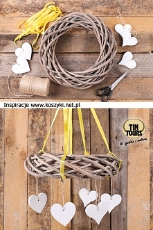 Szary wianek wiklinowy powieszony na żółtych tasiemkach ozdobiony drewnianymi serduszkami stworzy ładną dekorację salonu i jadalni