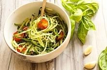 Spaghetti z cukinii Składniki: 4 cukinie z miękką skórką, 2 papryki wcześniej upieczone, pół kilo pomidorów, 2 ząbki czosnku, świeża bazylia, pół cebuli, pieprz, sól, chili, cyt...