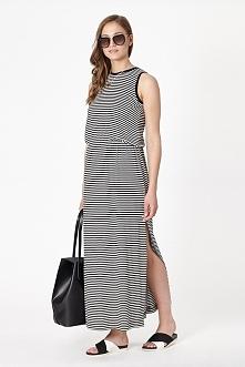 Dzianinowa sukienka o długości maxi w czarno-białe paski. Posiada elastyczny pas oraz boczne rozcięcia.
